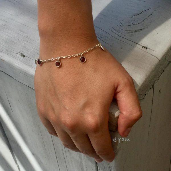 armband-zilver-granaat-bedels