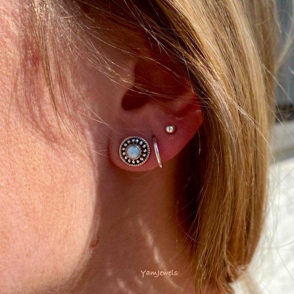 model-oorring-earrings-dots-maansteen-moonstone