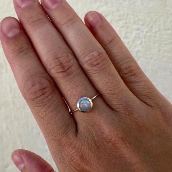 model-ring-rong-zilver-maansteen