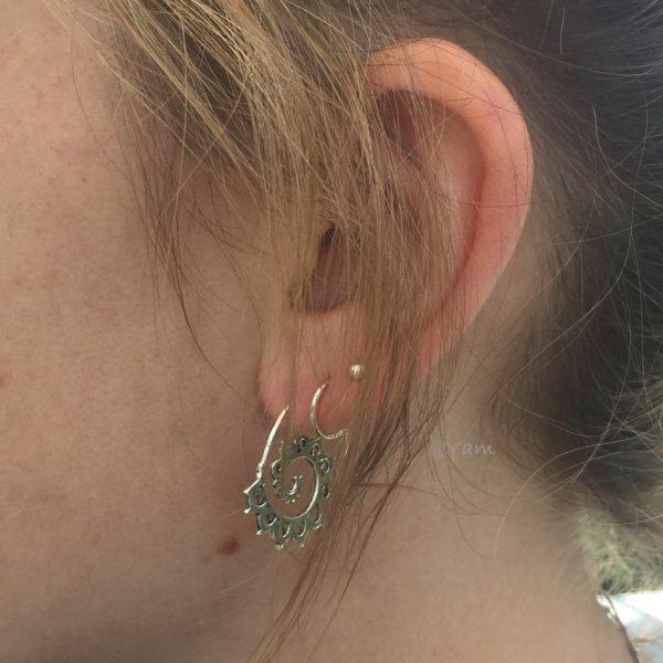 oorringen-model-loops-zilver-earrings