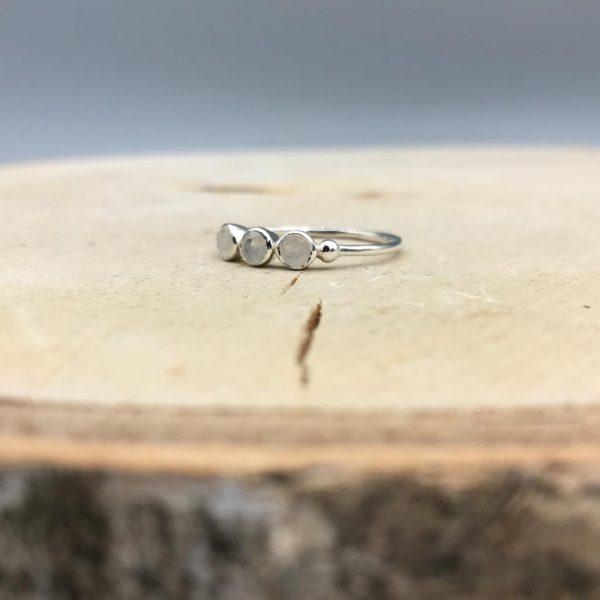 ring-3-op-1-rij-maansteen-zilver