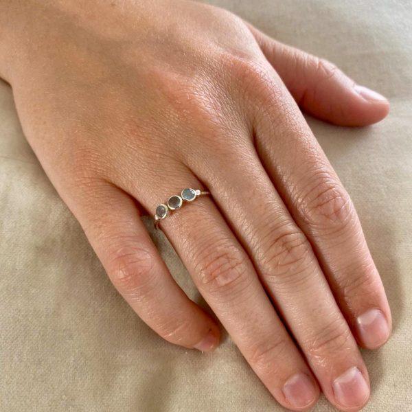 ring-model-3-stene-zilver-labradorite
