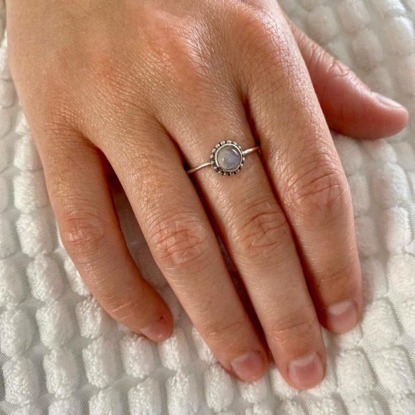 ring-model-dots-maansteen-moonsteen-zilver-halfedelstenen-1.jpg