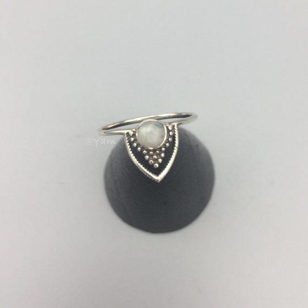 ring-v-vorm-maansteen-dots-1.jpg