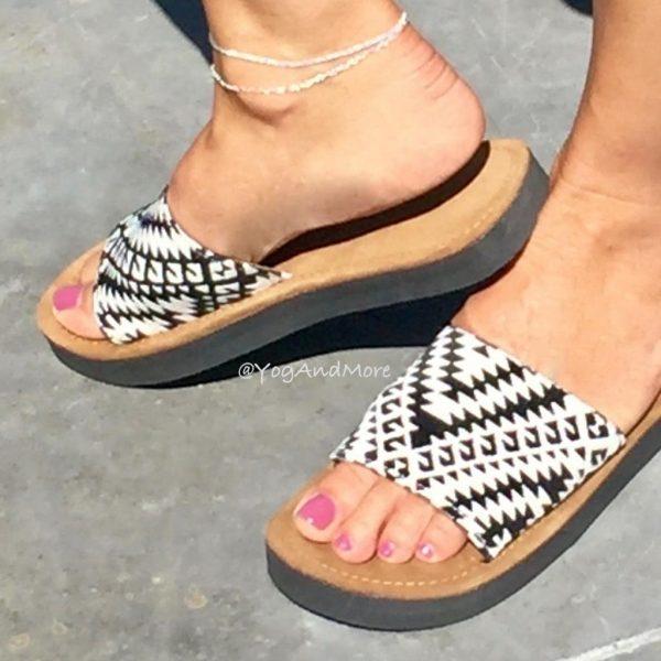model-slippers-zwart-wit-1.jpg